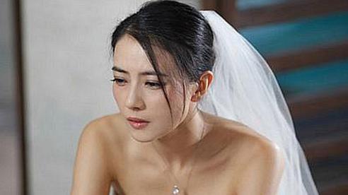 MC nhắc đến 3 lần mà chú rể vẫn không chịu trao nụ hôn cho cô dâu, để rồi khi biết sự thật tôi ném nhẫn và hoa trả lại cho anh ta