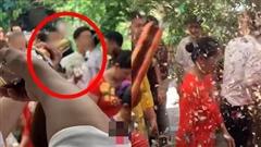 Chú rể hân hoan rước dâu vào nhà làm lễ thì điếng người với màn chào hỏi của nhân vật giấu mặt mà dân mạng đồn đoán là 'người yêu cũ cô dâu'