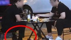 Bức hình gây 'lú' mạng xã hội: Người đàn ông đi giày cao gót, ngồi uống nước bên vỉa hè
