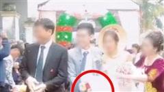 Quá mừng vì cưới được vợ, chú rể có hành động 'quá đà' khiến mẹ đẻ vội đập thẳng tay vào váy cưới để nhắc nhở