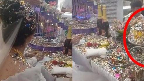 Cô dâu chú rể choáng váng vì sự cố 'kinh hoàng' trong đám cưới, nhìn nhưng món đồ sau khi thực hiện nghi lễ 'biến dạng' trên bàn mà ai cũng xót xa hộ