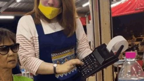 Bấm máy tính tiền 'nhanh hơn tốc độ ánh sáng', một quán ăn ở Thái Lan khiến dân mạng nghi ngờ vì 'diễn quá lố'?