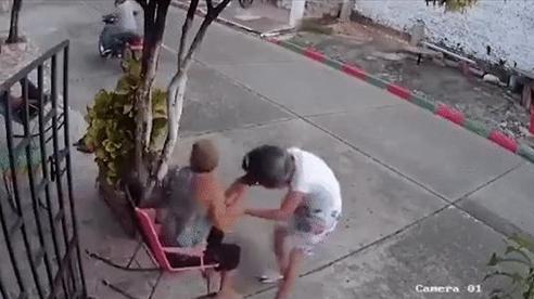 Clip giải cứu 2 cô gái, kẻ cướp điện thoại choáng váng 'nóng' nhất MXH tuần qua
