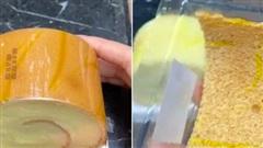 Tưởng mua được cái bánh bông lan ngon lành, đến lúc mở hộp ra cô gái mới 'té ngửa' vì cảnh tượng trước mặt