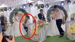 Sơ suất 'chí mạng' trên sân khấu kết hôn, chú rể cuống cuồng bỏ chạy để mặc cô dâu đứng một mình, tiếng khách khứa nói vọng lên: 'Không phải khóc'