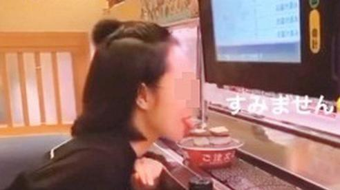 Cô gái Việt bị dân mạng chỉ trích kịch liệt vì thè lưỡi liếm đĩa sushi đang chạy trên băng chuyền trong cửa hàng ở Nhật Bản