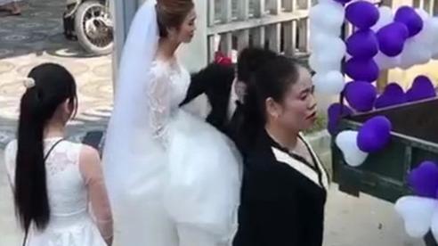 Đứng ngẩn người trước chiếc xe hoa 'bá đạo', cô dâu sau đó đổi sắc mặt nhờ một hành động bất ngờ của chú rể ở phút chót