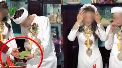 Quá mừng vì lấy được vợ, chú rể vén áo làm một hành động khiến tất cả mọi người phải ồ lên trong lễ ăn hỏi, cô dâu cũng cười đến mức phải quay lưng đi