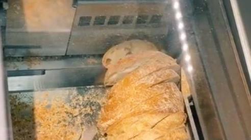 Cận cảnh chiếc máy cắt bánh mì nhanh thoăn thoắt, người xem đặc biệt thích thú với cái tay 'thó' bánh rất dễ thương