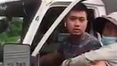 Một công an mặc quần đùi, áo cộc đi xe biển xanh bắt hàng rong ở Hà Nội khiến dư luận xôn xao