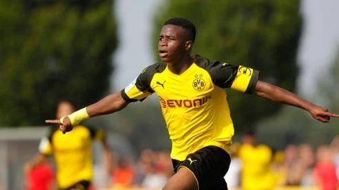Bundesliga sửa luật vì 'thần đồng' Moukoko
