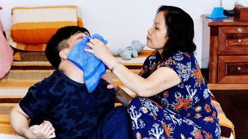 Nhạc sỹ khuyết tật Quốc Hùng: Từ nay không gọi mẹ nữa, đút cơm, tắm rửa con sẽ gọi vợ ơi!