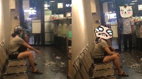 Nhận ly trà sữa có vị ngọt không đúng yêu cầu, cô gái tức giận ném vỡ tung tóe, bắn cả vào khách ở cửa hàng khiến ai nấy bức xúc