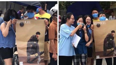 Dân tình thả tim rần rần khi thấy bố mẹ cầm poster có ảnh Gun Thần - Lý Hiện, đứng chờ con gái trước cổng trường thi