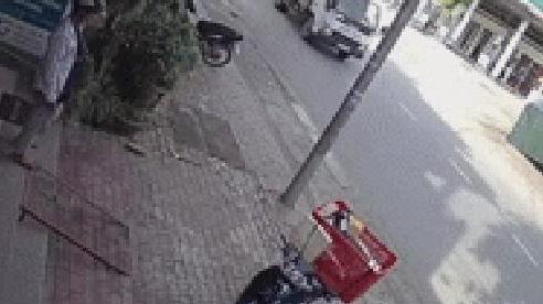 Clip: Đâm trực diện xe khách, nam sinh bị hất văng xa vài mét, tử vong tại chỗ