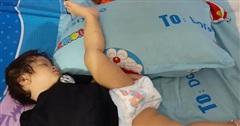 Hài hước bé gái sinh ra đã có năng khiếu múa ba lê, không tin cứ nhìn tư thế ngủ là biết