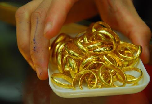 Đi làm đồng về, lão nông Bình Định 'ngã ngửa' phát hiện 10 cây vàng bỗng dưng 'mất tích'