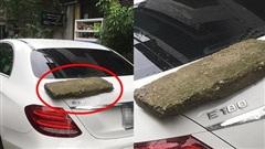 Ô tô đỗ chắn trước cửa, chủ nhà không nói nhiều, đem vật xù xì đặt lên xe 'dằn mặt'
