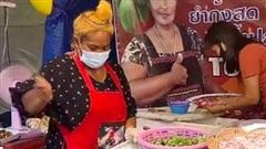 Nhìn người phụ nữ Thái Lan trộn gỏi mà dân mạng chỉ thấy thương cái thau, có cần mạnh tay đến vậy không chị?