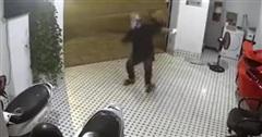 Clip: Cú ngã ngửa gây bão MXH của thanh niên trộm hậu đậu khiến dân mạng cười bò, chứng minh giá trị của việc chăm chỉ lau nhà!