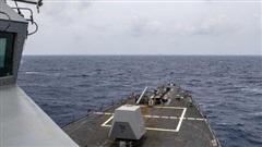 Trung Quốc vừa phóng tên lửa, tàu khu trục Mỹ tiến gần Hoàng Sa