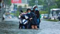 [Ảnh] 'Rốn ngập' Sài Gòn lại chìm trong biển nước: 'Đường càng sửa dân càng khổ'
