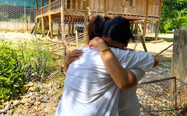 Nghẹn ngào giây phút trùng phùng của mẹ với cô con gái bị bán khi chưa tròn 12 tuổi