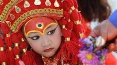 Tuổi thơ bị đánh mất của những bé gái được chọn làm 'nữ thần' Kumari: Không được học, mất khả năng đi lại bình thường và không thể kết hôn
