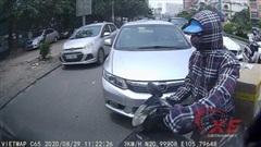 'Ninja' lao ra từ đường BRT, tạt đầu ô tô suýt gây tai nạn