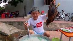 Nấu nồi cháo gà nguyên lông 'siêu to khổng lồ', con trai bà Tân Vlog gây phẫn nộ