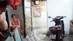 Ảnh: Nước chảy ào ào như thác từ ngoài đường vào, nhà dân ngập nặng sau cơn mưa lớn ở Sài Gòn