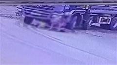 Clip: Dắt xe đạp qua đường đúng vào điểm mù xe tải, người phụ nữ bị cán thương tâm, con nhỏ may mắn lọt gầm thoát nạn