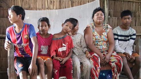 Bố bỏ đi không về, 5 đứa trẻ mờ mịt tương lai trong căn chòi rách nát: 'Con đi hái dừa, chăn bò thuê để phụ mẹ nuôi em'