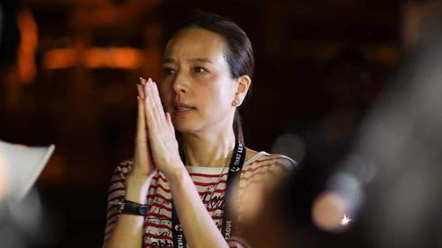 Nữ chủ tịch CLB Thái Lan rớm nước mắt vì sự cố hy hữu, đi quanh sân xin lỗi khán giả trong bóng đêm