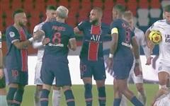 Đấm lén đối thủ trong lúc lộn xộn, Neymar nằm trong số 5 cầu thủ bị đuổi khỏi sân ở trận đấu 'nóng' bậc nhất thế giới