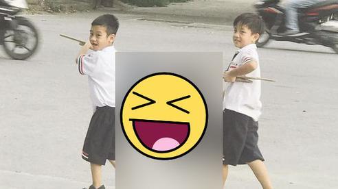 Hình ảnh hot nhất hôm nay: 2 cậu học trò nhỏ khiêng một thứ đặc biệt trên vai, dung dăng dung dẻ cười từ trường về nhà