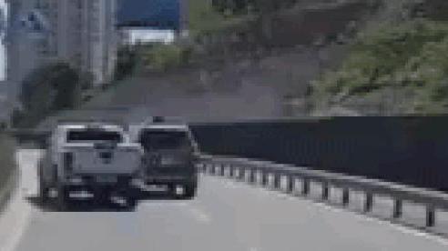 Công an vào cuộc vụ 2 xe ô tô chèn ép nhau trên cầu Bãi Cháy