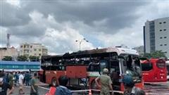Xe khách trong bến xe Miền Đông bốc cháy giữa trưa, nhiều người hoảng sợ