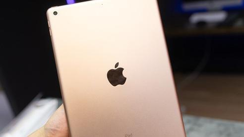 Trên tay iPad 8 tại VN: Chip A12 Bionic và sạc nhanh 'vớt vát' thiết kế nhàm chán
