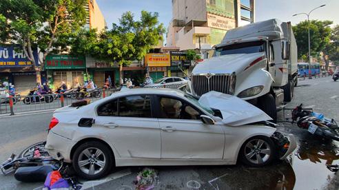 TP.HCM: Kinh hoàng container lao qua dải phân cách, tông nát ô tô con và cuốn nhiều xe máy vào gầm