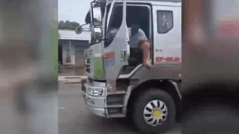 CLIP: Tài xế buông vô lăng khi xe tải đang chạy, mở cửa xe với hành động bất ngờ khiến tất cả bức xúc