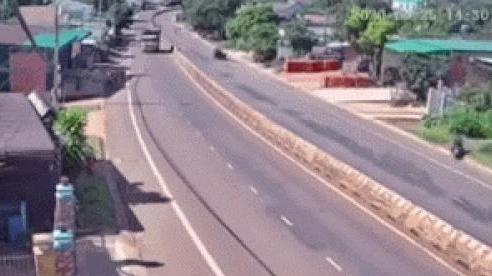 Kinh hoàng khoảnh khắc xe tải cẩu mất lái, cày nát 30m dải phân cách sau pha va chạm với taxi