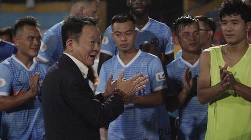 Bầu Hiển lại gây tranh cãi với màn xuống sân thưởng tiền sau trận thắng của Đà Nẵng