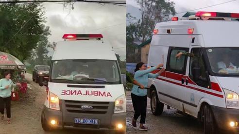Khoảnh khắc nghẹn lòng: Người thân cố chạy theo xe cứu thương, gửi nén nhang đến chiến sĩ đã hi sinh tại Tiểu khu 67