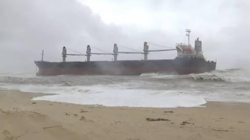 Tàu hàng gần 3 vạn tấn bị trôi dạt mắc cạn ở bờ biển, 20 người trên tàu kêu cứu