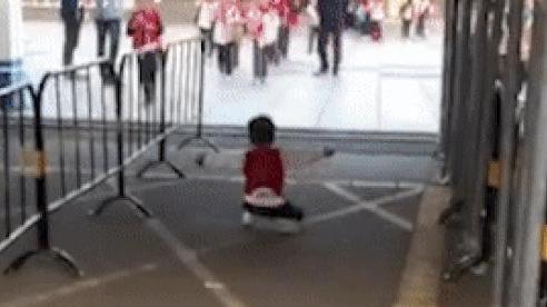 Bé trai đến trường đón chị tan học nhưng bất ngờ quỳ xuống đất và gào khóc thật to, cảnh tượng đầy nước mắt lại khiến ai cũng bật cười