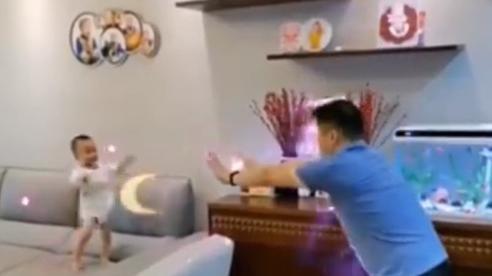 Đang chơi, bố bất ngờ 'tung chưởng' và phản ứng của cậu con trai khiến ai cũng cười ngặt nghẽo