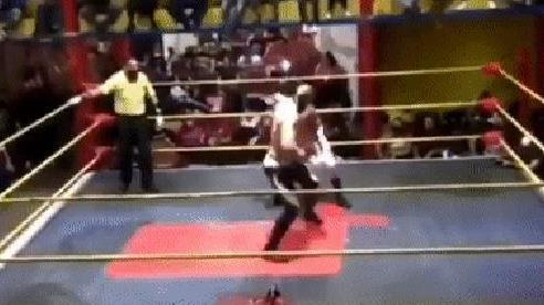 Sau khi dính 2 cú đánh vào ngực, đô vật 26 tuổi ngã gục ngay trên sàn đấu và qua đời không lâu sau đó