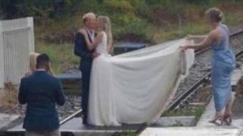 Liều mạng chụp ảnh cưới giữa đường ray tàu hỏa