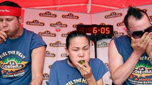 Những cuộc thi ăn uống kì quặc trên thế giới có thể sẽ khiến bạn 'ngã ngửa' khi nghe đến thể lệ